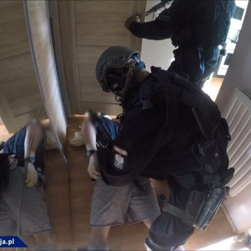 Policjanci rozmawiają o bezpieczeństwie